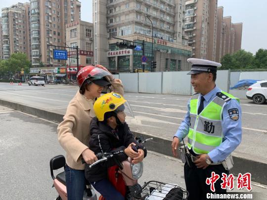 """高光之外的""""中国英雄交警"""""""