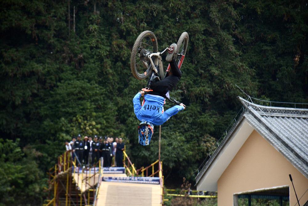山地自行车速降国际邀请赛在滇西抗战主战场松山上演巅峰对决