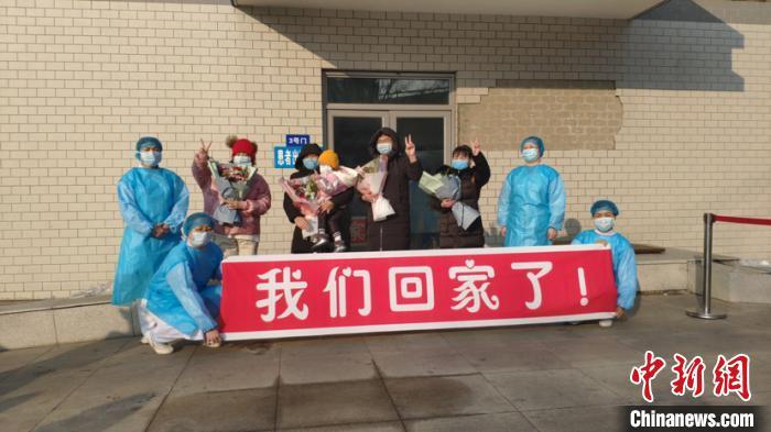 图为哈尔滨市传染病医院出院患者。 范英杰 摄