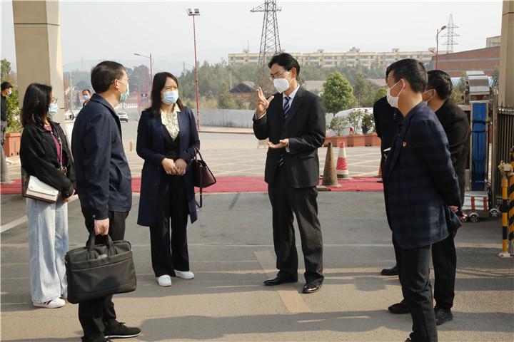 楚雄高新区社发局局长何春红到龙江中学检查疫情防控情况
