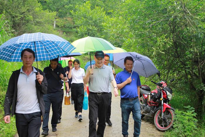 中国人寿云南省分公司党委书记、总经理马宏到怒江看望慰问贫困户