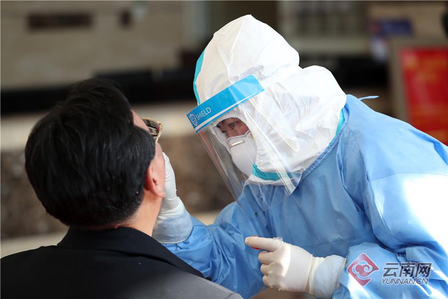 【云南两会】医护人员对人大代表进行核酸检测取样
